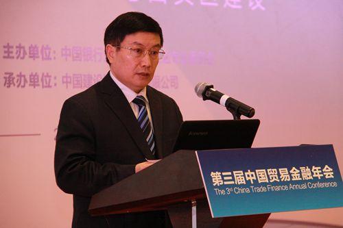 中国银行业协会专职副会长杨再平发表致辞