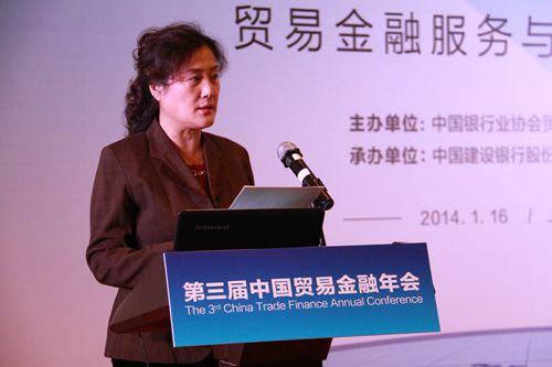 中国银行业协会副秘书长冯红宣读表彰决定
